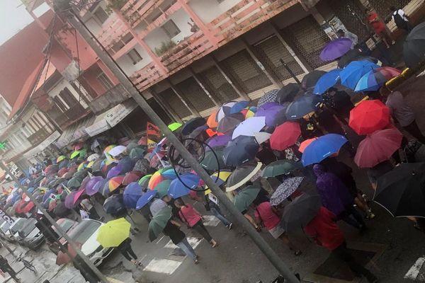 Défilé de grévistes avenue du Général de Gaulle à Cayenne 17/12/19