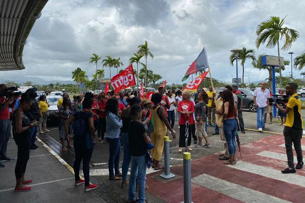 Manifestants à l'aéroport de Martinique