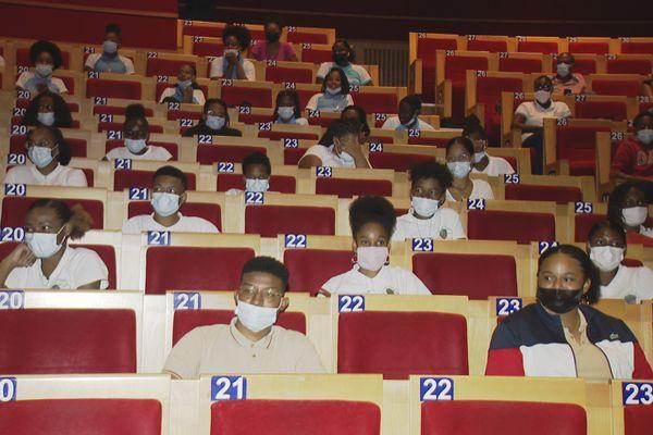 Des élèves dans une salle