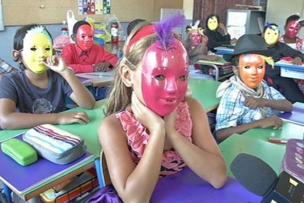 Mardi-gras à l'école : enfants en classe portant des masques