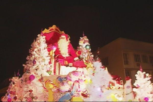 Arrivée du père Noël place des Cocotiers. Nouméa (24 décembre 2017)