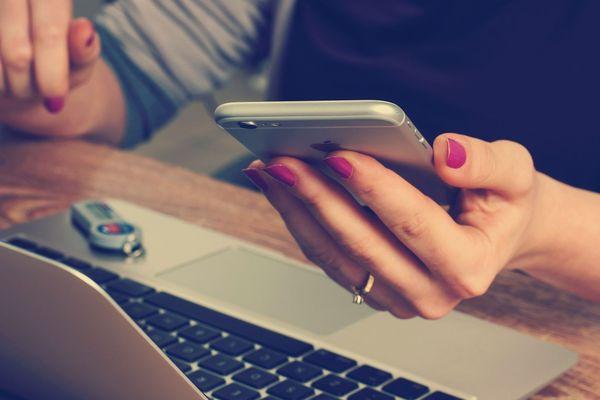 Femme avec téléphone et ordinateur, libre de droit