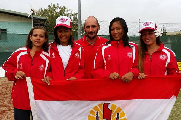 L'équipe tahitienne de tennis : Ravahere Rauzy, Zima Mayka, Estelle Tehau, Naia Guitton et leur coach Olivier Fabre, PNG 2015