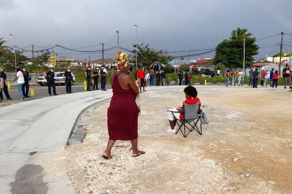 Face à face manifestants et force de l'ordre au Rond Point de Perrin