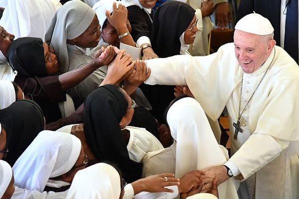 Le pape François lors de sa visite au Carmel d'Antananarivo à Madagascar.