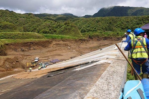 Travaux de pose du liner sur le barrage Faatautia