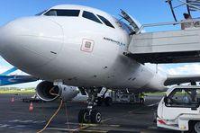 Avions sur la piste de l'aéroport Aimé Césaire au Lamentin.