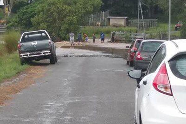 Des voitures bloquées sur la route vers la tribu Népou (2)