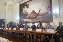Le gouvernement autour du président Fritch lors de la conférence pour dresser le bilan de la mission à Paris.