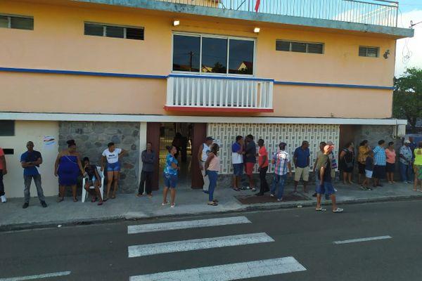 Électeurs devant la mairie