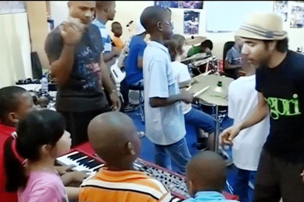 Musiciens pros et jeunes élèves en action