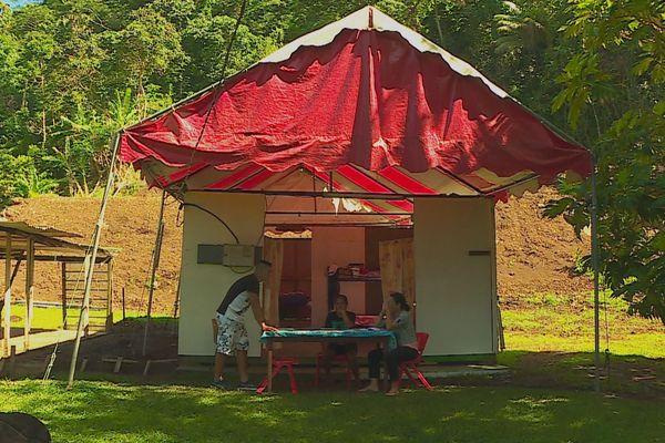 Une famille vit sous une tente