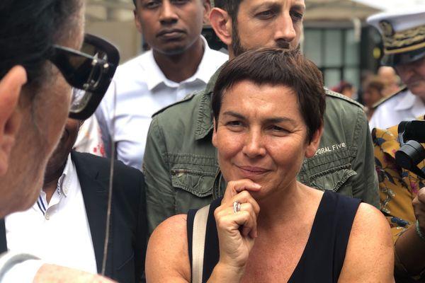 """Annick Girardin est interpellée par d'anciens """"Gilets Jaunes"""" dans le centre-ville de Saint-Denis."""