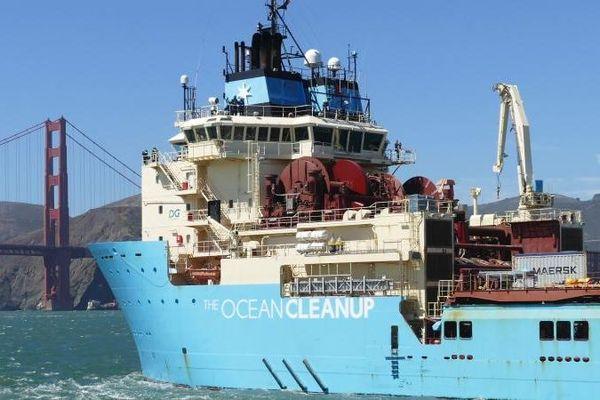 Le bateau d'Ocean Cleanup se dirige vers le Golden Gate Bridge à San Francisco (États-Unis), le 9 août 2018.