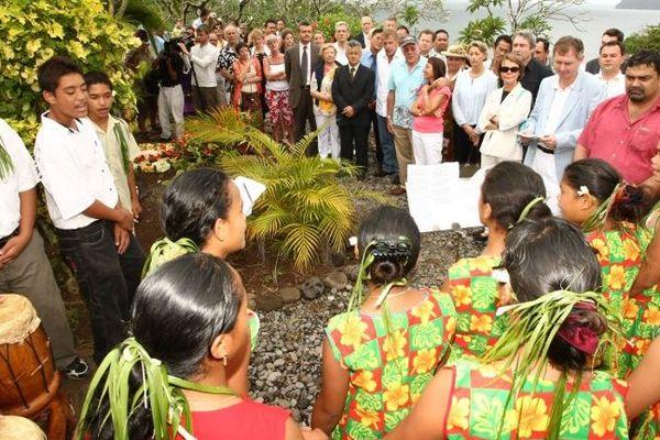 Rassemblement devant la tombe de Jacques Brel (1929-1978) le 9 octobre 2008 à Atuona, île des Marquises