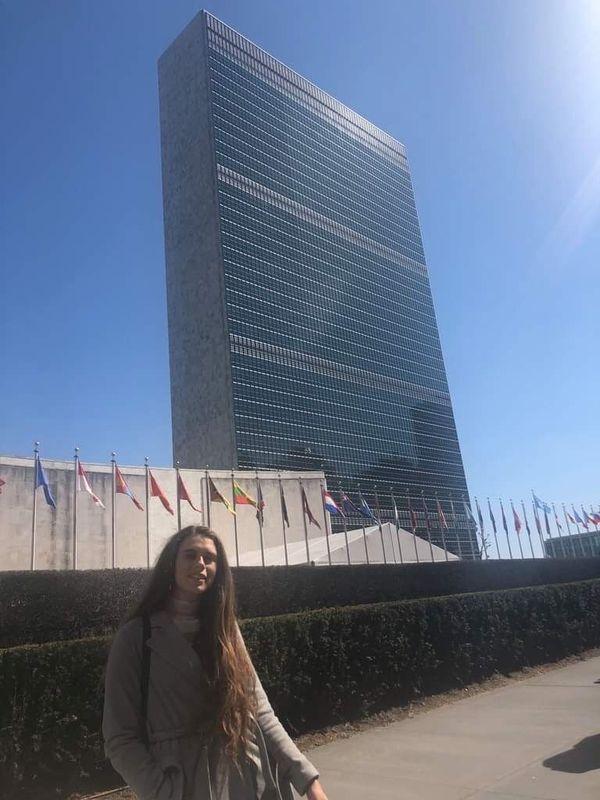 Victoria devant le siège de l'ONU qu'elle rêve d'intégrer