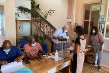 Bureau de vote au Robert recevant les premiers électeurs du jour.