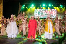 Makau Foster entourée de ses danseurs sur la scène de To'ata.