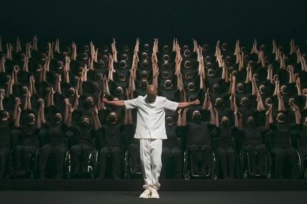 Sublime chorégraphie de danseurs en fauteuil