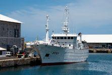 Arrivée du patrouilleur de la marine nationale Le Malin à Mayotte avec à son bord des stocks d'oxygène
