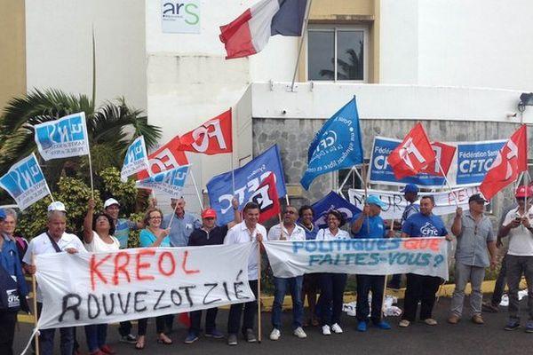Manifestants CHU devant l'ARS