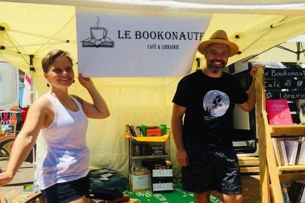 Gaelig et Emilien Le-Corre devant leur Bookonaute., bibliothèque mobile, 1er novembre à NOuméa
