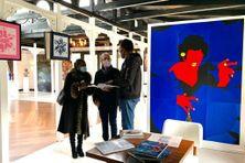 """Visiteurs er artistes devant la picèe """"Caravage Créole"""" de la Guadeloupéenne Françoise Sémiramoth."""