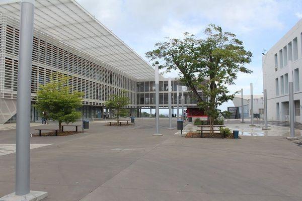 UFR des sciences exactes et naturelles, à Fouillole - Université des Antilles
