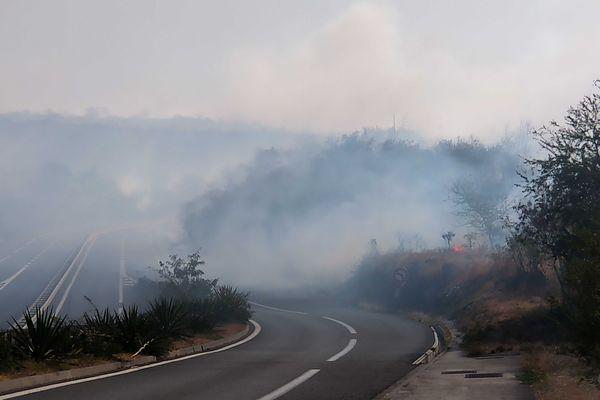 Incendie dans la savane de Plateau-Caillou, dimanche 19 septembre fumées denses route