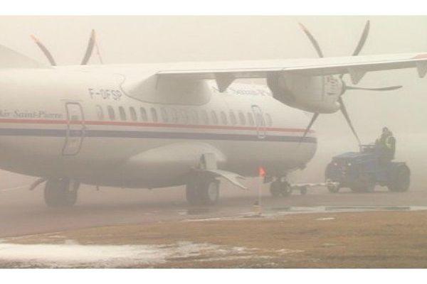 L'ATR d'Air Saint-Pierre évolue sur la surface par temps très brumeux