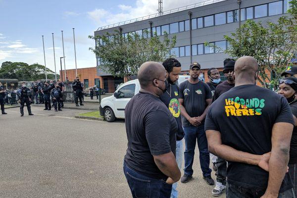 Les Grands frères devant le palais de justice