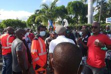 Des salariés des entreprises récemment fusionnées SOGEA, SBIM, S2R, SBTPC et SBR manifestent devant la SBTPC.