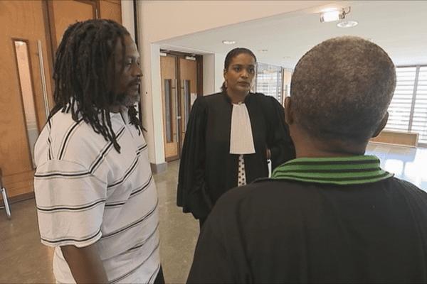 Avocat et clients au palais de justice
