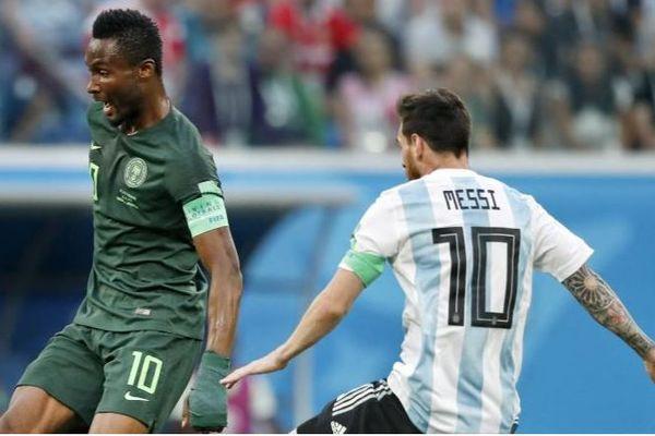 Le capitaine du Nigéria, John Obi Mikel, opposé à celui de l'Argentine, Leo Messi.