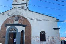L'entrée de l'église de Schoelcher taguée