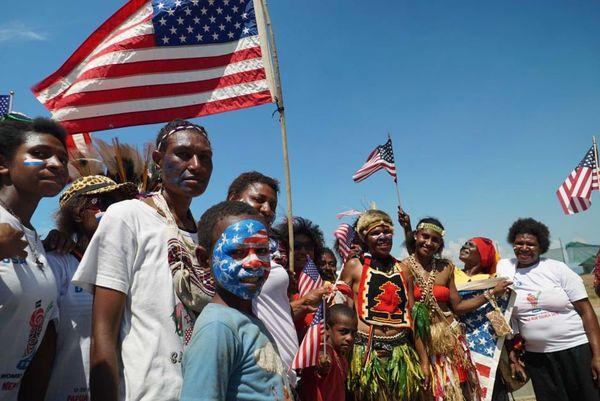 Les fans papous avaient appris les hymnes de chaque pays, et peint les drapeaux des différents pays des footballeuses sur leur visage, pour accueillir les équipes à l'aéroport.