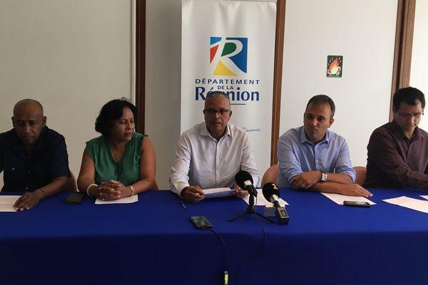 Le président du Département, Cyrille Melchior, présente un mémorandum co-signé par 40 élus et remis au préfet :