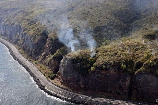 Des feux de broussailles en cours sur le haut de la falaise de la route du littoral.