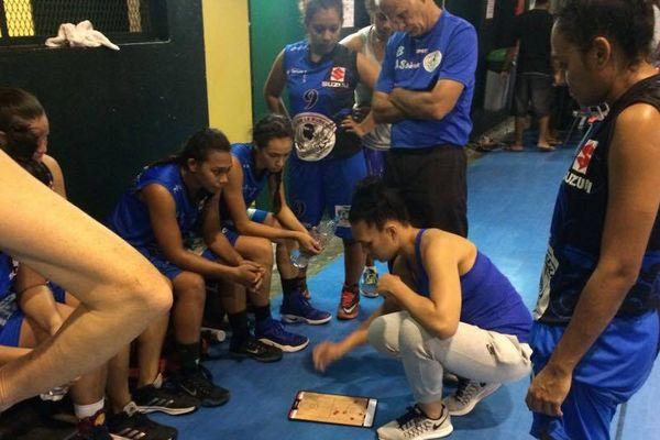 Soana Lucet en train de coacher les filles du 6ekm