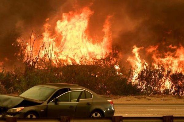L'incendie fait rage aux abords de L.A.