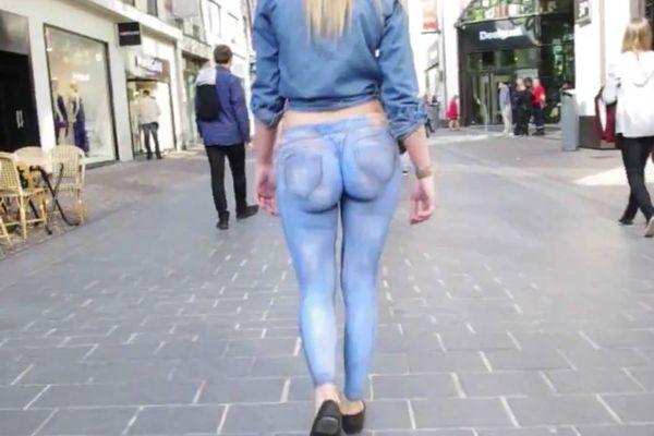 Bodypainting : une femme se promène les fesses nues dans la rue