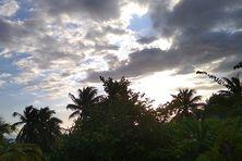Ciel, grisâtre sur le Sud sauvage comme ailleurs, depuis plusieurs jours. Des averses voire des orages sont prévus dans l'après-midii