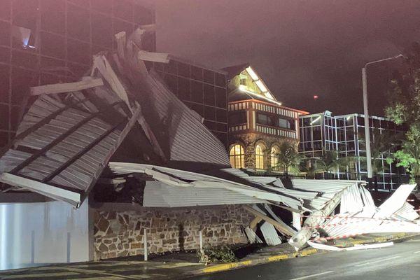 Cyclone Niran, La toiture de l'étude notariale partie sur la route et le bâtiment d'en face.