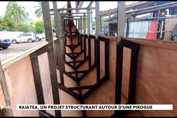 Construction d'une pirogue hors norme par les jeunes de Raiatea