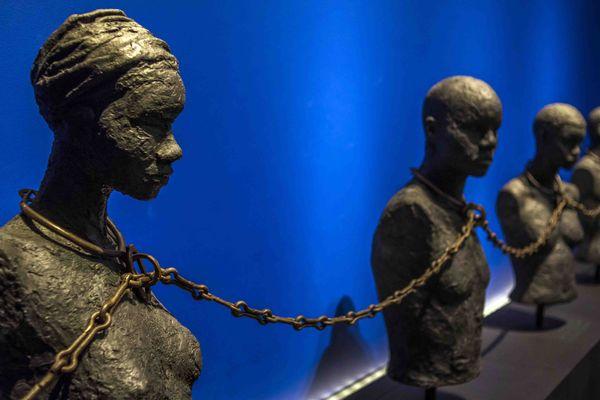 Sculpture de quatre esclaves enchaînés par une chaîne venue du Benin et datant du 19e siècle