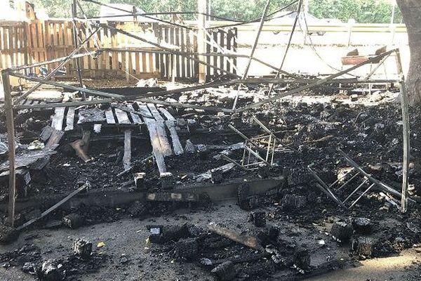 La « case du peuple » de Gillot située près de l'aéroport a été incendiée la nuit dernière.