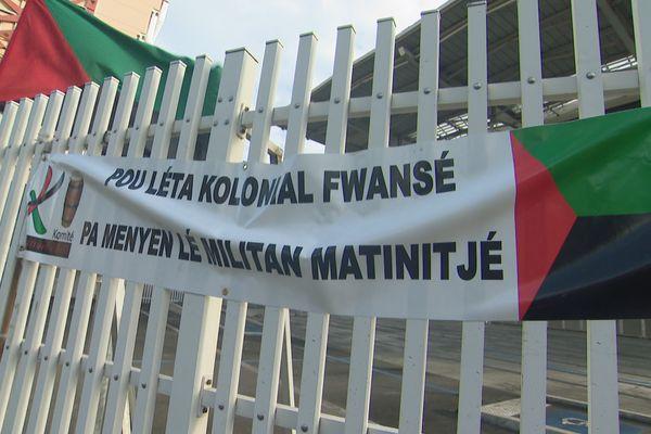 palais de justice avec drapeaux RVN