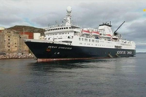 L'Ocean Endeavour accoste au quai en eau profonde