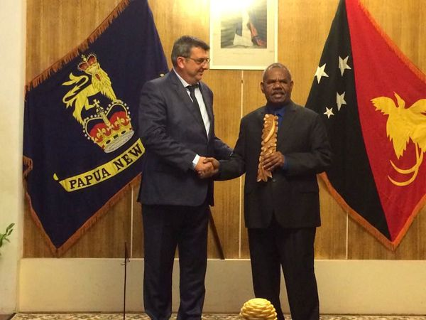 Philippe Germain à Port-Moresby avec Bob Dadae, chef de l'Etat de Papouasie-Nouvelle-Guinée de facto en qualité de gouverneur-général.