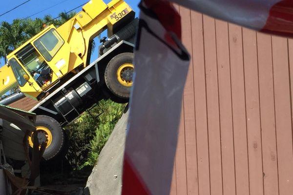 Un camion grue a chuté sur une maison à Papeete